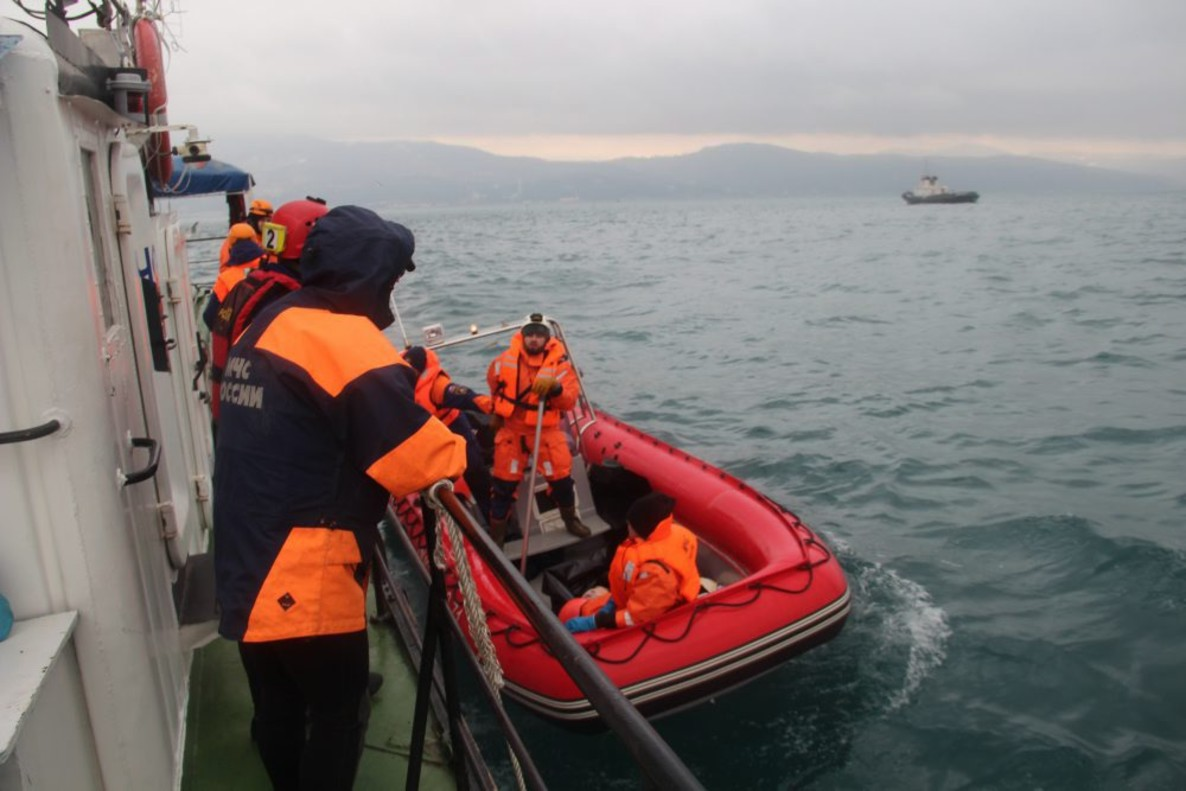 MOS51. Sochi (Russian Federation), 26/12/2016.- A handout photo made available by Russian Ministry of Emergencies shows rescueers searching in the Black Sea near coastline of Sochi for wreckages of doomed Russian Tu-154 plane, that belonged to the Russian Defence Ministry, in Sochi, Russia, 25 December 2016. There were 93 people on board of the plane, including 65 musicians of Alexandrov Song and Dance ensemble and famouse civil activist Doctor Yelizaveta Glinka. The plane's planned destination was the Syrian city of Latakia. (Rusia) EFE/EPA/EMERGENCIES MINISTRY HANDOUT HANDOUT HANDOUT EDITORIAL USE ONLY/NO SALES